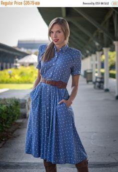 OP VERKOOP Vintage licht blauw en wit Shirt taille Dress (maat Small/Medium)