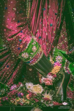 Shree Krishna, Radhe Krishna, Lord Krishna, Radha Krishna Wallpaper, Indian Gods, Gods And Goddesses, Hare, Gods Love, Pink Roses