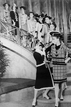 Katharine Hepburn caracterizada como la icónica diseñadora para el musical sobre su vida en 1969.