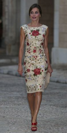 Queen Letizia of Spain in sleeveless white floral sheath dre.- Queen Letizia of Spain in sleeveless white floral sheath dress. Elegant Dresses, Pretty Dresses, Casual Dresses, Short Dresses, Fashion Dresses, Dresses For Work, Formal Dresses, Sexy Dresses, Wedding Dresses