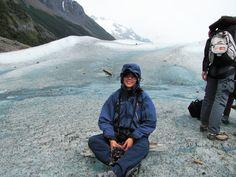 colocándome los grampones para caminar sobre el glaciar, inicio de la aventura de 7 hs!