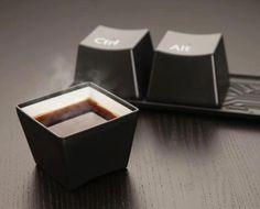 En nuestra búsqueda de cosas encontramos estás tazas que serían ideales para los amantes de las computadoras y el café ¿Quién gusta una taza de café al estilo CTRL ALT?