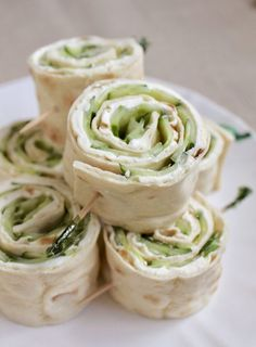 These cucumber and cream cheese sandwich rolls are the BOMB! These cucumber and cream cheese sandwich rolls are the BOMB! Tee Sandwiches, Pinwheel Sandwiches, Cucumber Sandwiches, Cucumber Rolls, Cream Cheese Roll Up, Cream Cheese Pinwheels, Cream Cheese Snacks, Clean Eating Snacks, Healthy Snacks