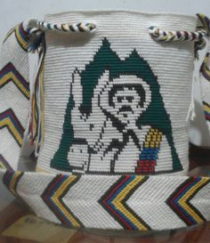 MOCHILA JUAN VALDÉZ QUE REPRESENTA EL CAFÉ COLOMBIANO. Tapestry Bag, Tapestry Crochet, Crochet Purses, Filet Crochet, Cross Stitch Embroidery, Women's Accessories, Purses And Bags, Needlework, Colombian Coffee