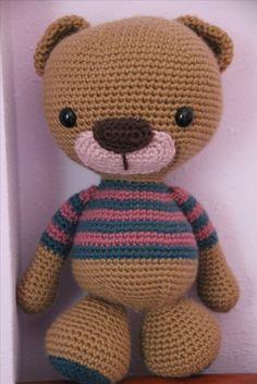 Alma bear, amigurumi basadon en el osito con polera, tejido con Katia Merino Arán.