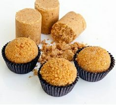 Paçoca (Brazilian sweet of sweetened, ground peanuts, often compressed in small blocks. Dessert Recipes, Desserts, Cakes And More, Cake Pops, Love Food, Sweet Recipes, Cupcake Cakes, Caramel, Sweet Treats