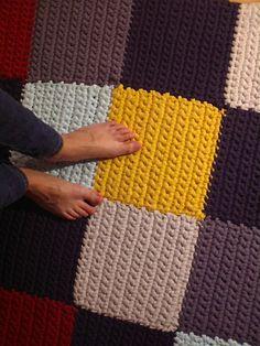 En este post os voy a presentar una alfombra de trapillo hecha a base de cuadrados de colores. En total he usado seis colores diferentes: azul marino, azul turquesa clarito, amarillo mostaza, grana...