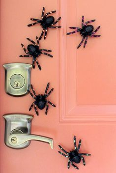 20 Spooktacular DIY Halloween Decorations: Magnetic Spiders