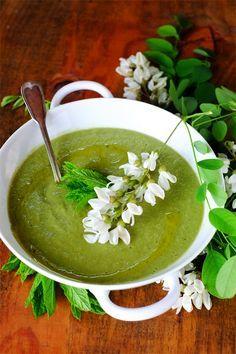 Vellutata di fave con i loro baccelli alla menta e fiori d'acacia - GranoSalis - Blog di cucina naturale e consapevole