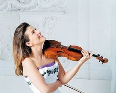 Anne Sophie Mutter http://tipsforclassicalmusicians.com/2010/05/20/10-famous-violinists-alive-in-the-classical-music-world/