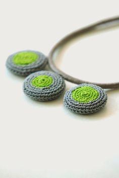 Bera - Diseños: Collar Gris en Hilo con detalle en Crochet JUST INSPIRACIÓN