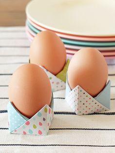 Come fare un porta uovo origami per Pasqua. Video tutorial che mostra passo passo come realizzare un facile porta uova con carta colorata.