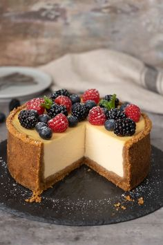 You'll absolutely love this easy cheesecake that's originally inspired by Cheesecake Factory. Easy Mini Cheesecake Recipe, Mini Chocolate Cheesecake, Raspberry Cheesecake, Oreo Cheesecake, Fancy Desserts, Delicious Desserts, Yummy Food, Cookie Recipes, Dessert Recipes