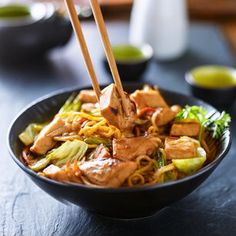 Fried chicken noodles with chicken - - Fried Onions, Fried Potatoes, Kimchi, Fideos Soba, Chicken Noodle Recipes, Chicken Noodles, Rice Noodles, Vegan Sandwich Recipes, Perfect Messy Bun