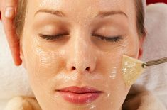 """Three Quick Facial Peelings that give miraculous results immediately after use Peeling facial is necessary """"commodity"""" in every woman's consumption basket. Generally basic functions to scrub the same: refresh the skin and . Face Care, Skin Care, Chemical Peel, Facial Cleansing, Blackhead Remover, Oily Skin, Cellulite, Health And Beauty, Hair Beauty"""