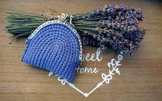 Crochet monedero con estructura de metal. Ideal para monedas o artículos pequeños. Tamaño: 8,5 cm x 8 cm (3,35 x 3,15 )