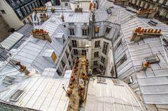 PARIS | SYMBOLES ■ LES TOITS DE PARIS sont traditionnellement en zinc ou en ardoise, et abritent souvent des chambres de bonne. Ils sont un des symboles de la ville et un thème artistique de prédilection de la photographie, de la peinture ou du cinéma.