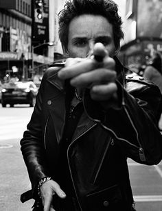 English actor Eddie Redmayne captured by the lens of Craig McDean and styled by Karl Templer, for the February 2015 coverstory of Interview magazine. Craig Mcdean, Photography Poses For Men, Street Photography, Fashion Photography, Portrait Photography Men, Abstract Photography, Templer, Men Photoshoot, Foto Pose