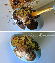 Manualnie.pl: DIY - Pisanka Gold Flower Egg Crafts, Easter Crafts, Diy And Crafts, Harry Potter Dragon, Dragons, Dragon Crafts, Dragon Egg, Stone Painting, Easter Eggs