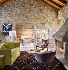 Μια παλιά κατοικία με ιστορία και φτιαγμένη εξ'ολοκλήρου από πέτρα ανακαινίστηκε με συνδυασμό σύγχρονης και '60ς αισθητικής. Υπέροχο ...