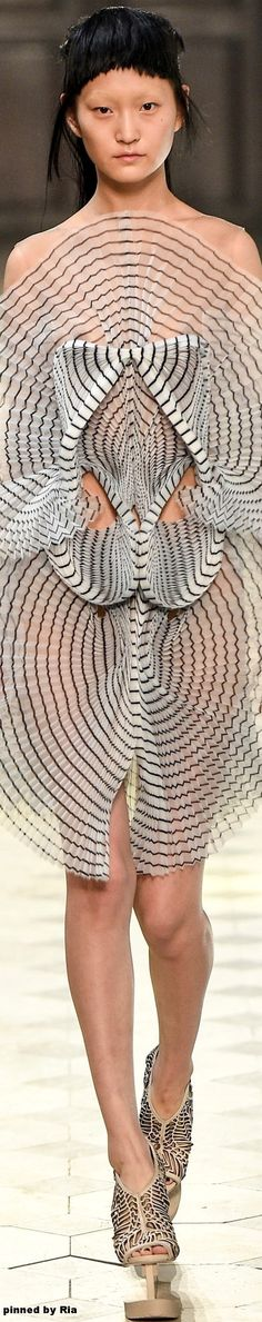 Iris van Herpen F/W Couture 3d Fashion, Quirky Fashion, Fashion Details, Trendy Fashion, High Fashion, Womens Fashion, Fashion Design Inspiration, Inspiration Mode, Iris Van Herpen