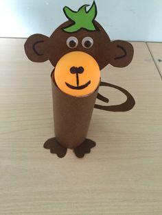 Tuvalet kağıdı ve pinpon topundan maymun