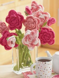 Crochet a lasting bouquet of roses in three shades of pink with this crochet flower pattern. This Pink Rose Bouquet Crochet Flowers Pattern would make a beautiful centerpiece or decorative accent on a dining room table. Diy Tricot Crochet, Crochet Gratis, Crochet Amigurumi, Crochet Motifs, All Free Crochet, Love Crochet, Simple Crochet, Holiday Crochet Patterns, Crochet Flower Patterns