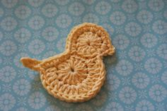 MitSted-HelleJescika: Easter chicken with recipe (edited) Crochet Dollies, Crochet Birds, Crochet Animals, Crochet Yarn, Crochet Flowers, Easter Egg Pattern, Easter Crochet Patterns, Applique Patterns, Crochet Snowflakes