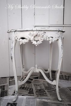 Vintage French Soul ~ Beautiful little antique table done in shabby chic look. 36 Fascinating DIY Shabby Chic Home Decor Ideas Shabby Chic Mode, Shabby Chic Kitchen, Shabby Chic Style, Shabby Chic Decor, Shabby Chic Side Table, Kitchen Country, Shabby Chic Interiors, Shabby Chic Furniture, Painted Furniture