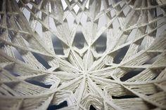Silke Decker   Cette céramiste allemande a conçu son propre matériau, inventé en trempant un fil de laine dans de la Porcelaine liquide. Elle le travaille en trois dimensions, créant coupes et autres contenants très graphiques, réalisés selon un schéma précis et devenant des nids précieux à l'ossature fragile. Une autre manière d'appréhender le tissage, et de concevoir la céramique, qui fige ici la souplesse de la corde.