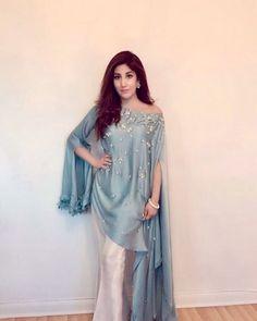 Hina Khan celebrating Eid in a Rozina Munib attire Simple Pakistani Dresses, Pakistani Dress Design, Pakistani Outfits, Indian Dresses, Indian Outfits, Pakistani Fashion Party Wear, Latest Pakistani Fashion, Pakistani Clothing, Pakistani Couture