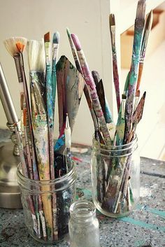 You can tell these paint brushes have been loved! Art Hoe Aesthetic, Atelier D Art, Pallet Painting, Artist Life, Paint Brushes, Art Studios, Art Drawings, Street Art, Creations