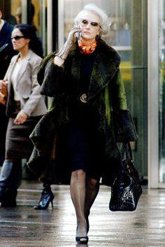 Meryl Streep como Miranda Priestly em O Diabo Veste Prada. Miranda Priestly, Meryl Streep, Prada Outfits, Vogue, Devil Wears Prada, Diane Keaton, Funny Fashion, Going Gray, Celebs