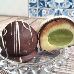 Receita de Bombom de Uva - 1/2 barra de chocolate branco para decorar , 2 xícara (chá) chocolate meio amargo , 1/2 colheres (sopa) de manteiga , 1 colheres...