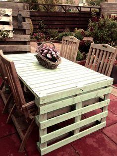 Deze tafel heb ik gemaakt van zes gratis opgehaalde pallets.