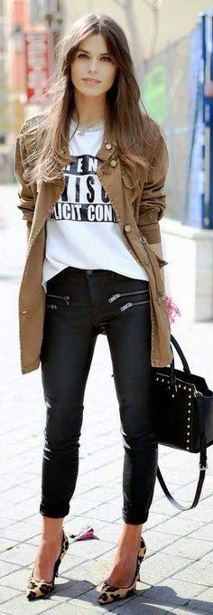 Fashion! Pantalón negro con cierres, chamarra camel, blusa básica, zapatillas de leopardo y bolsa negra