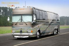 1999-Country-Coach-Prevost-40'_(5_of_37).jpg (904×599) Luxury Campers, Luxury Bus, Prevost Bus, Bus Rv Conversion, New Bus, Motor Homes, Busses, Coaches, Camping Gear