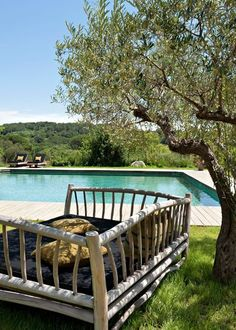 Grand fauteuil pour se reposer au bord de la piscine.