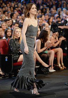 Look da atriz Dakota Johnson no red carpet do People's Choice Awards 2016.