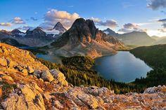 Le mont Assiniboine, à cheval sur la frontière entre l'Alberta et la Colombie-Britannique, dans les montagnes Rocheuses