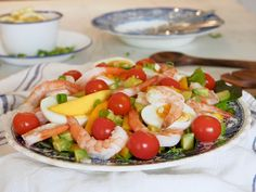 Katkarapusalaatti — Peggyn pieni punainen keittio Caprese Salad, Mango, Food, Manga, Essen, Meals, Yemek, Insalata Caprese, Eten