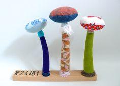 N°24181 : 3 champignons textiles sur socle en bois brut, tissu de récup, un radis m'a dit . Blog : https://www.facebook.com/clairefabrications/