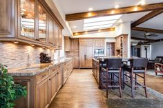 Want to take care of your kitchen lighting once and for all? These charming rustic kitchen lighting ideas will help you get it right. Style At Home, New Kitchen, Kitchen Decor, Kitchen Dining, Wooden Kitchen, Dining Room, Kitchen Ideas, Dining Area, Rustic Kitchen