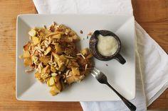 Veganer Kaiserschmarrn mit karamellisiertem Zimt Apfel und gerösteten Mandeln