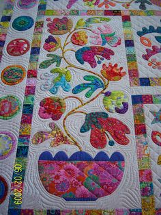 I'm a sucker for applique like this! It always catches my eye! (Michelle Pettorini's quilting is AMAZING Colchas Quilting, Free Motion Quilting, Machine Quilting, Quilting Projects, Quilting Designs, Quilting Ideas, Applique Patterns, Applique Quilts, Quilt Patterns