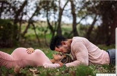 Fall Maternity Photos >> What to Wear to a Maternity Photography Session Maternity Photography Poses, Maternity Portraits, Pregnancy Photography, Couple Photography, Gender Reveal Photography, Friend Photography, Photography Ideas, Outdoor Maternity Photos, Couple Maternity Photos