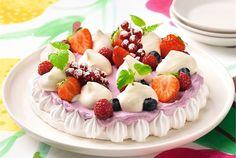 Helppo marenkikakku ✦ Näyttävä kakku vartissa! Valloittava marenkikakku syntyy yksinkertaisista raaka-aineista ja puhtaista mauista. http://www.valio.fi/reseptit/helppo-marenkikakku/