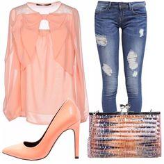 Look romantico da giorno: camicetta con fiocco rosa salmone, scarpe abbinate, fantastica pochette multicolor e jeans strappato per dare grinta al look. Ideale per un gelato con le amiche.