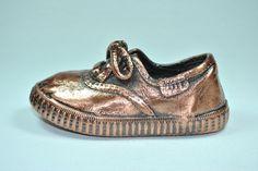 Zapatilla metalizado en bronce.  Irulea Moda infantl y lencería femenina #irulea #donostia #sansebastian #bayfashion #modainfantil #lenceria #princesscharlotte #newroyalbaby #ropaniños #princesacarlota #zapatos #shoes