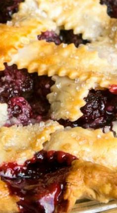 Build a better homemade Blackberry Pie using tapioca, an alternative to flour or cornstarch filling, plus berries to start your own farmer's market! Köstliche Desserts, Delicious Desserts, Dessert Recipes, Yummy Food, Tart Recipes, Blackberry Pie Recipes, Blackberry Cobbler, Breakfast Dessert, Pie Dessert